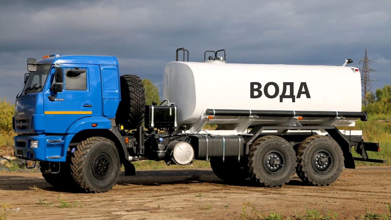 Водовоз с цистерной объемом 8.2 м³ привез воду для бассейна
